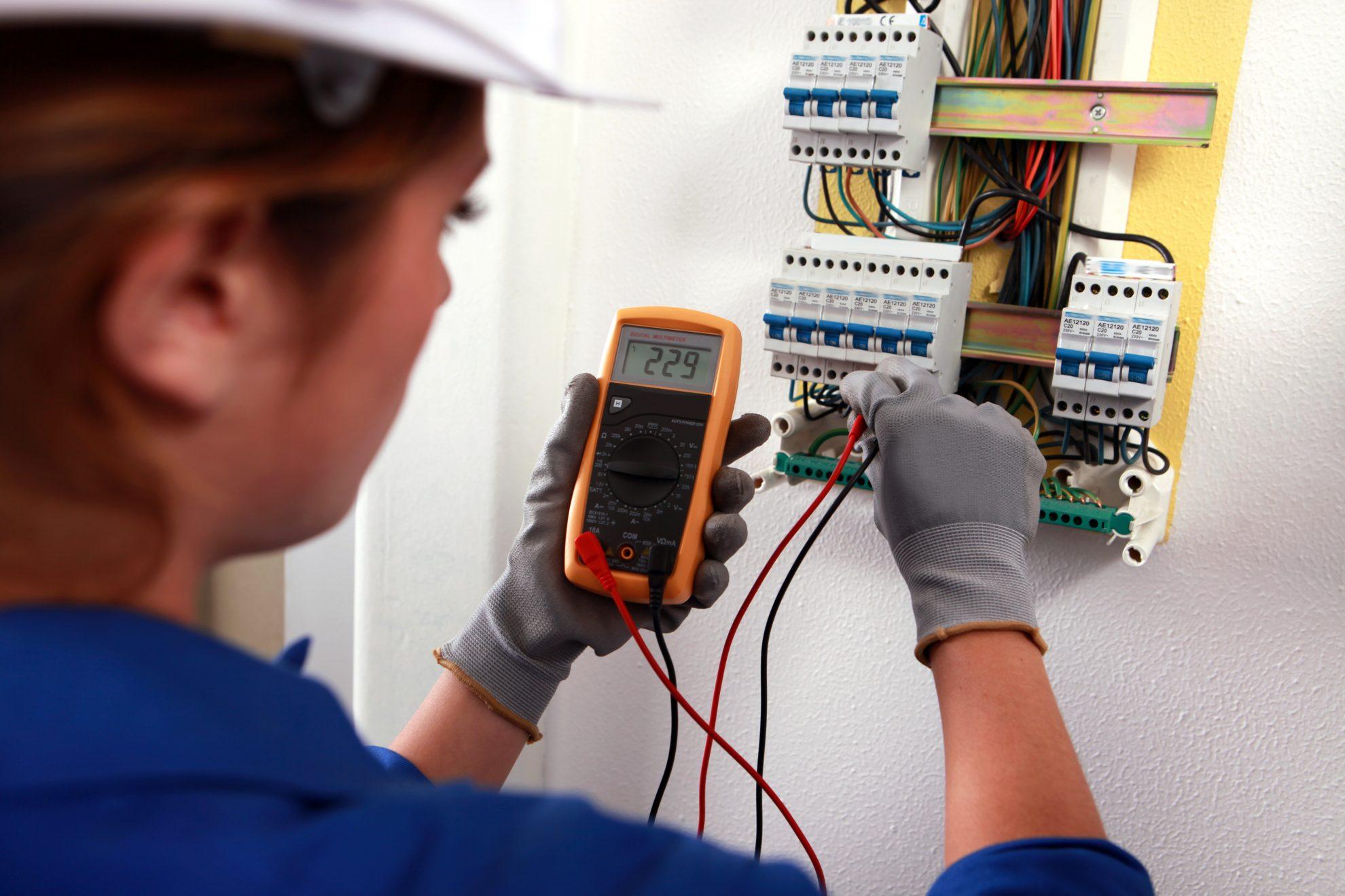 Elektrikerin bei der Arbeit