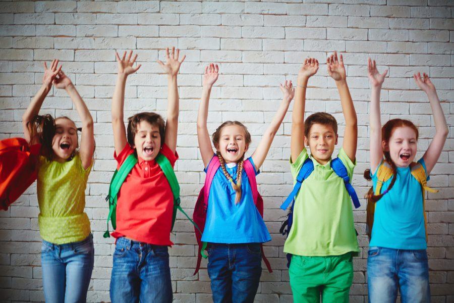 Kinder vor Wand_Foto: colourbox