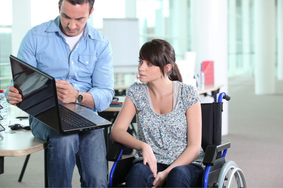 Frau im Rollstuhl bei der Arbeit