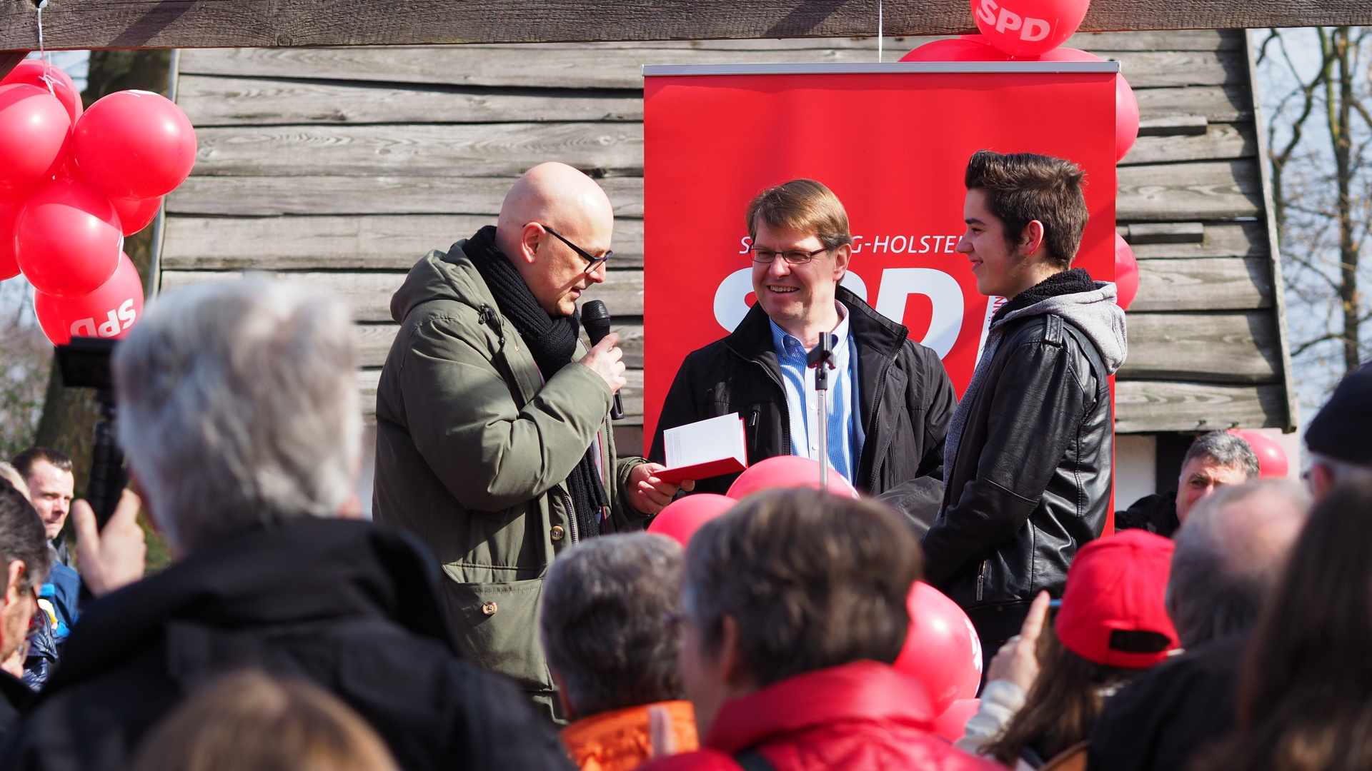 Torsten Albig und Ralf Stegner begrüßen ein Neumitglied