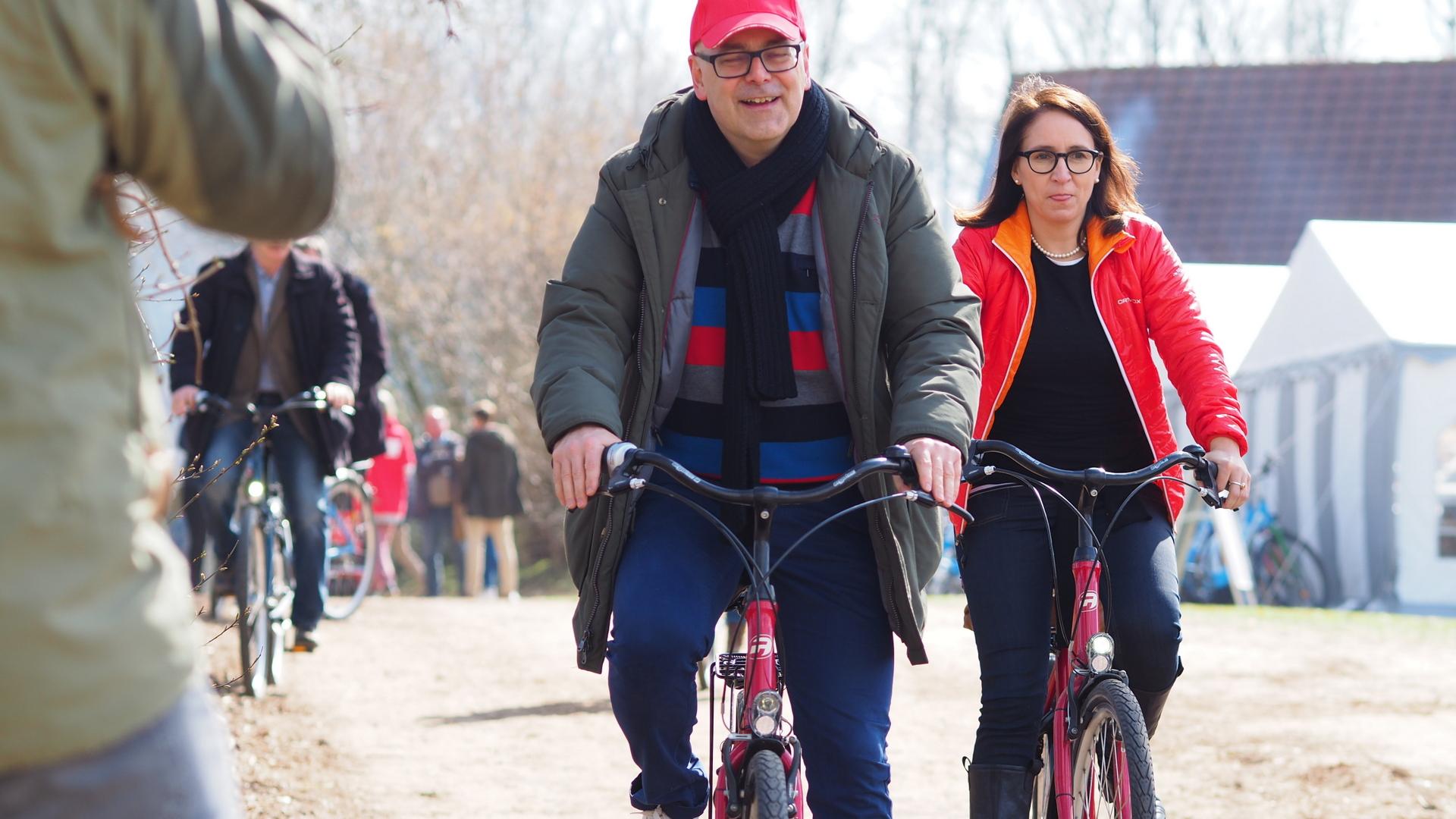 Torsten Albig und Bärbel Boy fahren Rad