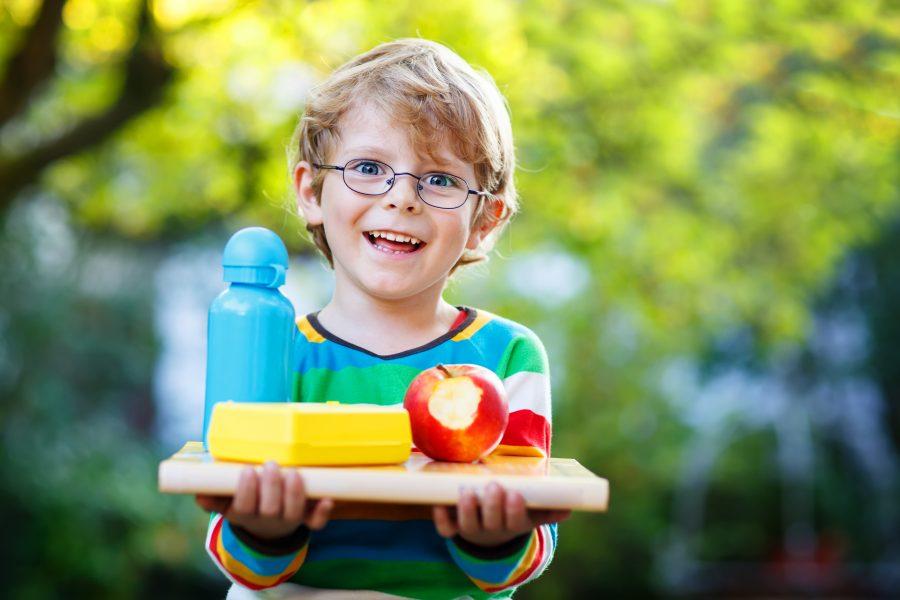 Junge mit Obst