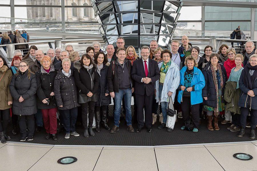Franz Thönnes mit einer Besuchergruppe aus dem Wahlkreis im April 2017 in der Kuppel des Reichstagsgebäudes