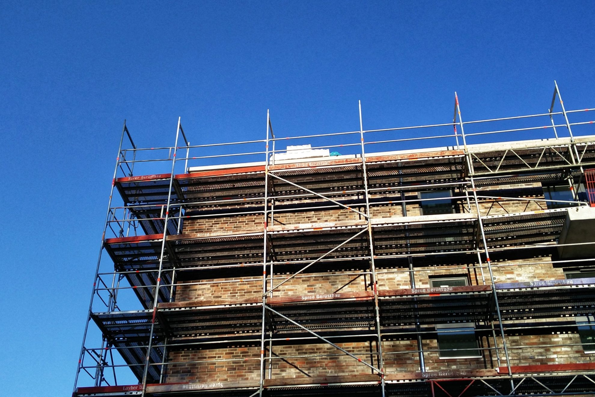 Baustelle: Ein Mietshaus wird gebaut.