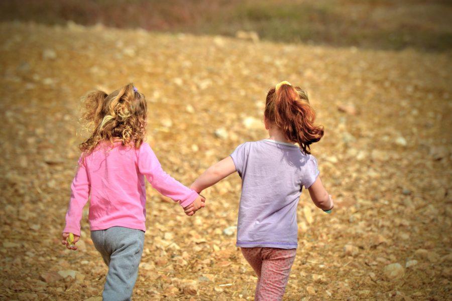 Zwei kleine Mädchen, Hand in Hand