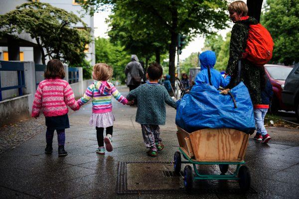 Kita-Kinder auf einem Ausflug in der Stadt