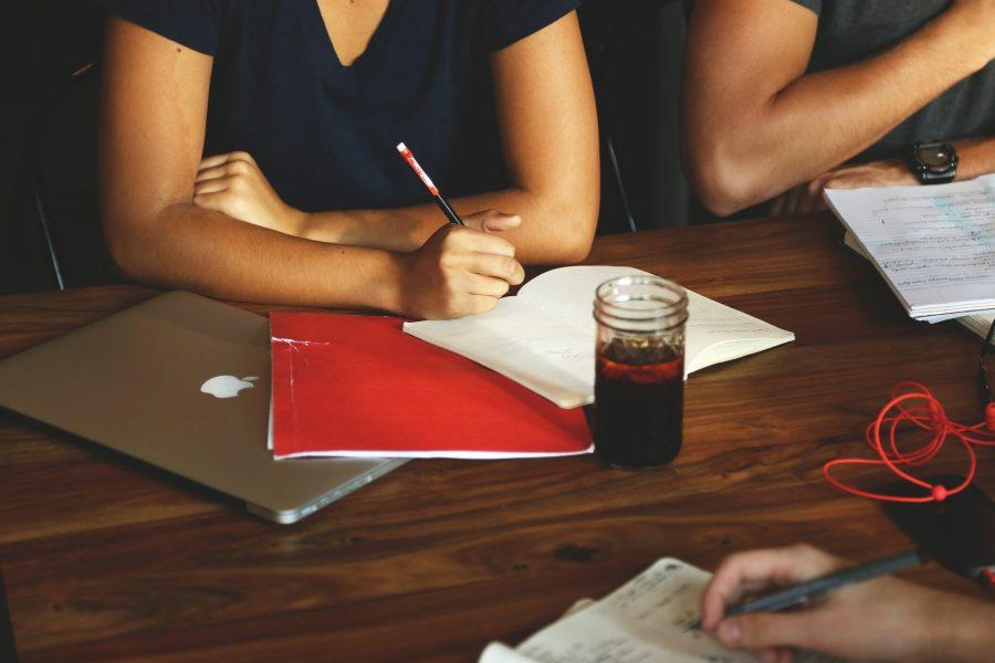 Leute arbeiten zusammen an einem Tisch