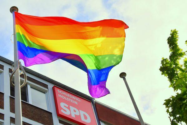 Regenbogenfahnen vor der SPD Landesgeschäftsstelle in Kiel