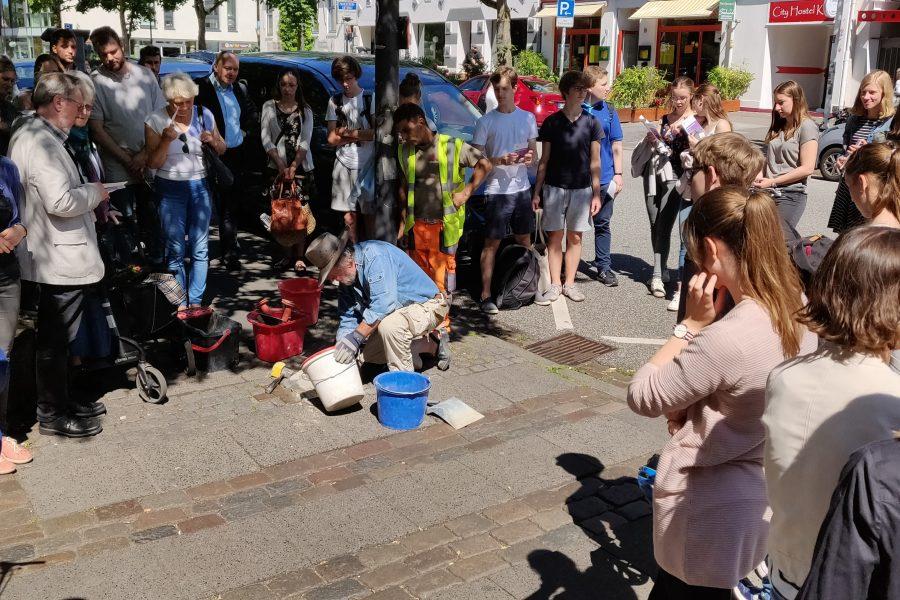 Gunter Demnig verlegt einen Stolperstein