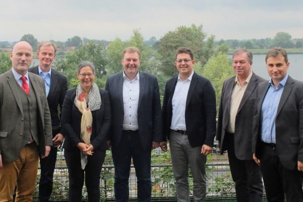 von v.l.n.r.): Christian Seyfert (Regional Public Affairs, Vattenfall), Dr. Karsten Wulff (Regional Public Affairs, Vattenfall), Dr. Nina Scheer, MdB, Olaf Schulze (Bürgermeister von Geesthacht), Murat Özden (Leiter Abwicklungsbereich Solar, Vattenfall), Werner Flindt (SPD-Fraktion Geesthacht) und Dr.-Ing. René Kühne (Leiter Produktion Wasserkraft, Vattenfall).