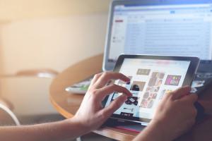 Hände bedienen ein iPad