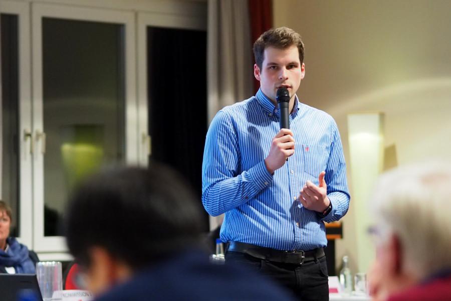 Frederik Digulla präsentiert die Ergebnisse seiner Kommission