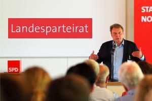 Olaf Schulze, Vorsitzender des Landesparteirats spricht vor Publikum