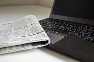 Zeitung auf Laptop
