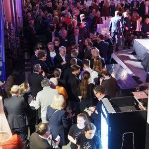 Blick in den Raum mit vielen Gästen