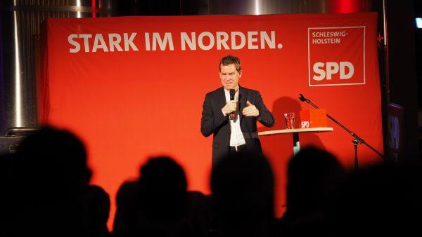 Ulf Kämpfer hält seine Rede