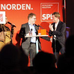 Serpil Midyatli und Ralf Stegner danken Ulf Kämpfer für seine Rede