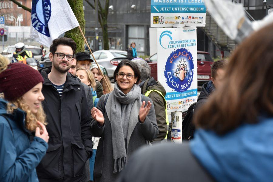Juso-Chef Simon Bull und die SPD Landesvorsitzende Serpil Midyatli bei der Demo