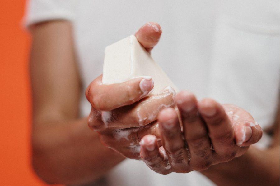 Mensch wäscht sich seine Hände