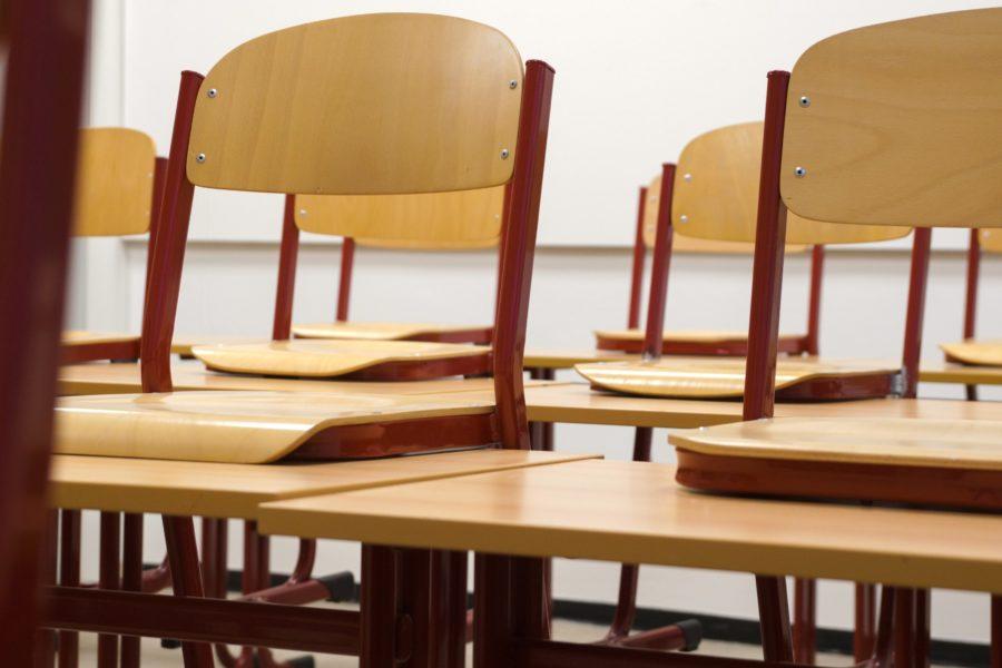 Leere Schulklasse mit Stühlen auf den Tischen