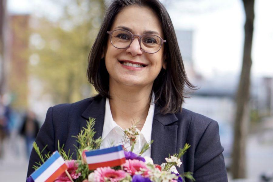 Serpil Midyatli. Frisch gewählt mit Blumenstrauß in Schleswig-Holstein Farben