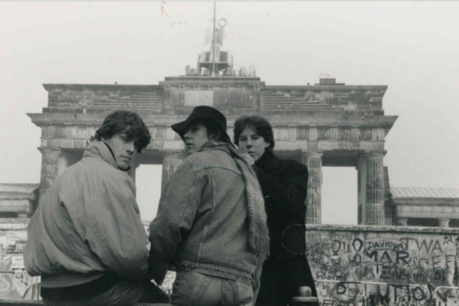 Thomas Losse-Müller mit zwei Freunden im November 1989 vor dem Brandenburger Tor